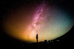 Människa skådar stjärnhimmel